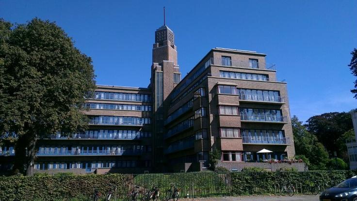 Nu een duur appartementen- complex. Heb er nog gewerkt toen dit het ministerie van Sociale Zaken was.