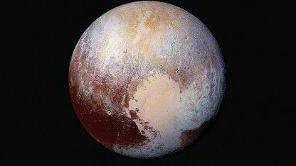 Über ein Jahr nach dem Vorbeiflug am Pluto hat die Raumsonde New Horizons ihre Daten vollständig zur Erde gefunkt. Jetzt fliegt sie weiter zu einem Asteroiden im Kuiper Gürtel.