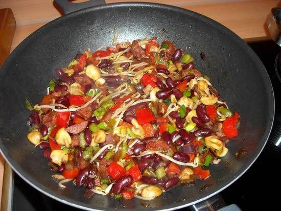 Oosterse Bruine Bonen Uit De Wok recept | Smulweb.nl Lekker! Wel zuinig doen met de sambal en de chilisaus
