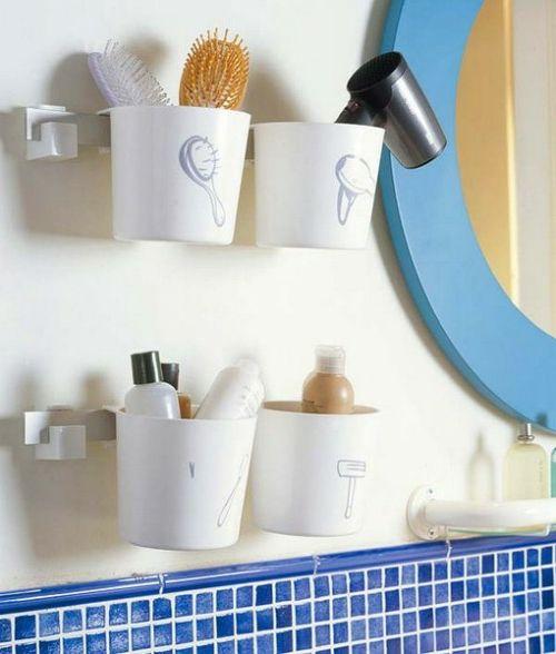 badeinrichtung plastikbecher an der wand