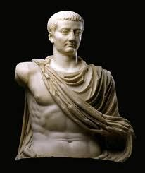 (28) Año 2 - Luego de la muerte de Julio César, Livia Drusilla persuade a Augusto a que permita el regreso de su hijo Tiberio a Roma, como ciudadano privado, después de seis años de destierro en Rodas.