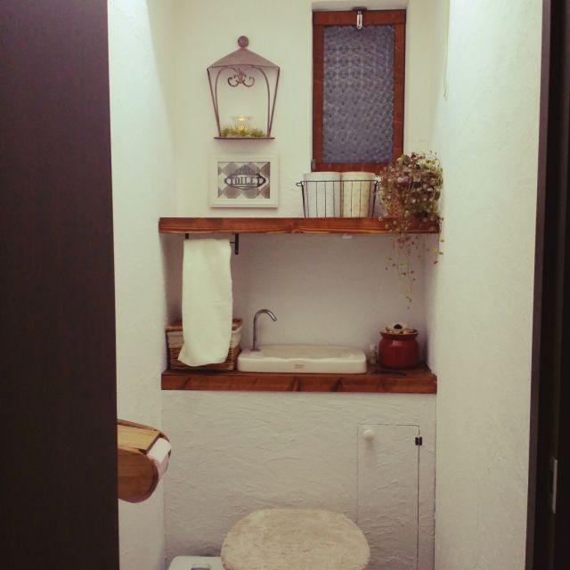 トイレのDIYをしました。 イメージはナチュラルガーデンです♪ トイレのタンクを隠し、上には突っ張り棒で棚を作り、漆喰風の壁にしました。 狭いトイレですが、お気に入りの場所になりました❤totonatuloveさんの、バス/トイレ,トイレ,賃貸,のお部屋写真
