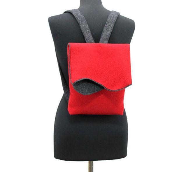 Das Schnittmuster wird aus Walkloden angefertigt, es kann auch aus Webware verarbeitet werden, dann müssten am Schnitt noch die Nahtzugaben an den Schnittkanten zugegeben werden. Der Rucksack hat...