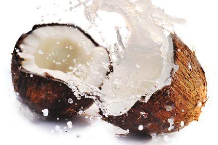 El coco es un fruto comestible que se obtiene del cocotero, la palmera más cultivada a nivel mundial. Tiene una cáscara dura y áspera que recubre una pulpa