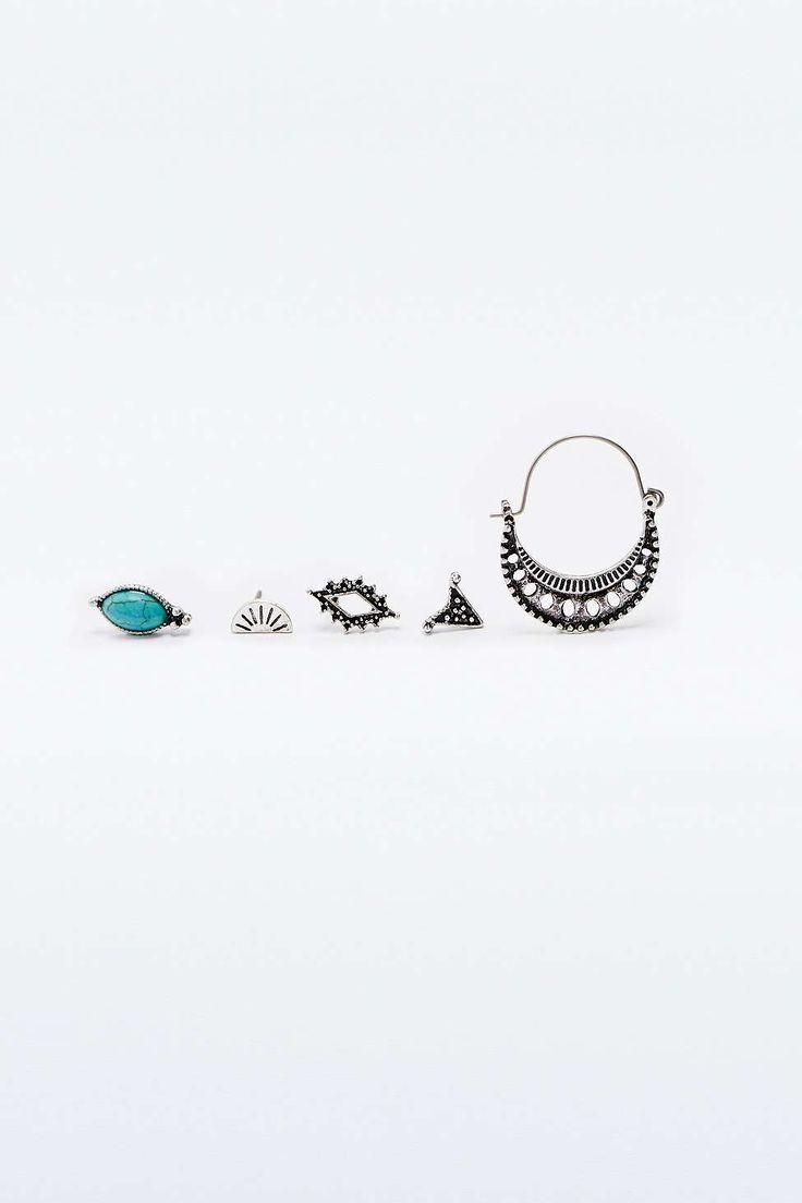 Set mit mehreren silbernen Ohrringen im Boho-Stil