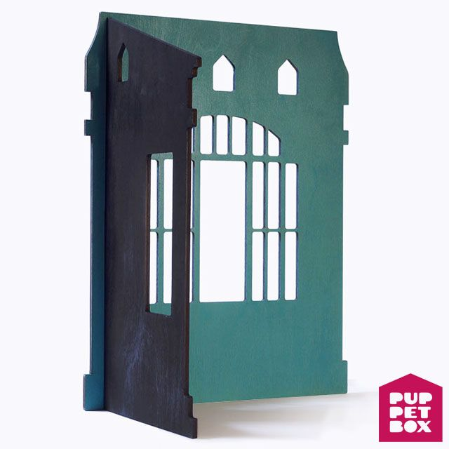 Разборный домик из двух стен. Отлично подойдет для кукол ростом около 30 см. Размеры: В х Ш х Г -- 46 х 36 х 25 см.