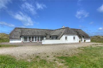 Ferienhaus 3240 - Kræ Degns Vej 40, Klegod - Geschmackvoll eingerichtetes Luxusferienhaus mit Strohdach nur 300 m vom Strand