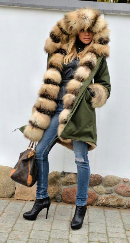 Fur lined parka                                                                                                                                                      Más