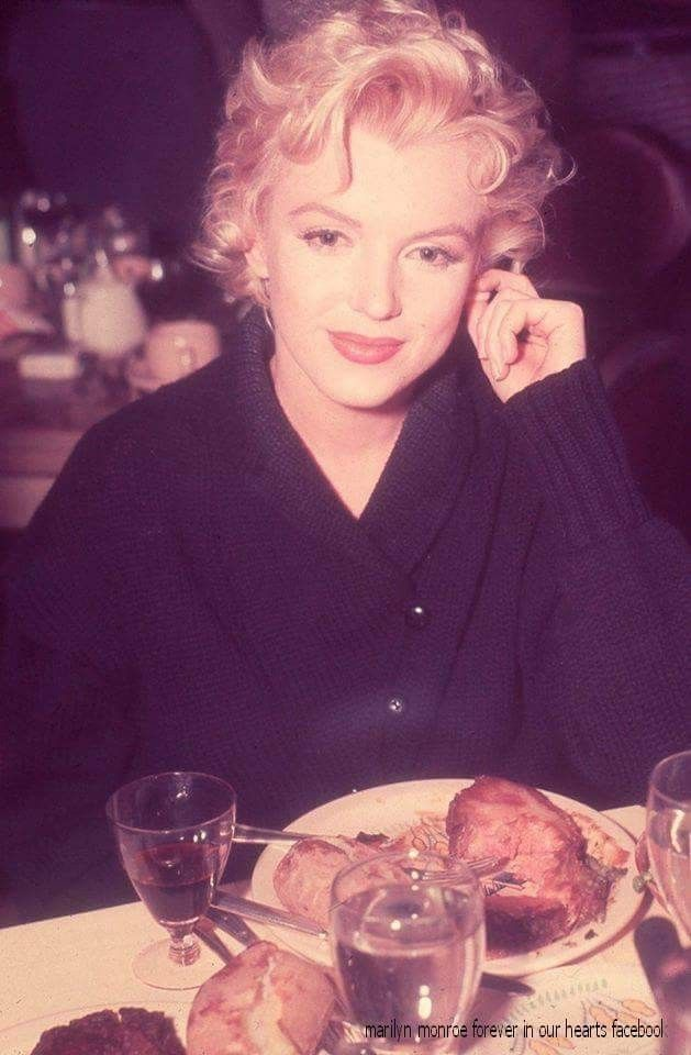 SUPER rare color photo of #Marilyn in the Ram Restaurant, Sun Valley, Idaho, 1956 having a meal with some of the Bus Stop actors and crew.by Marilyn Monroe Forever In Our Hearts #MarilynMonroe #Sunvalley #tbt #love #style