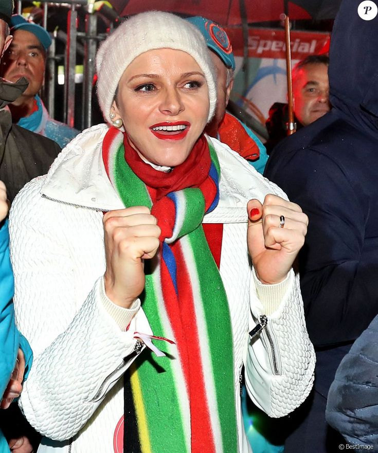 La princesse Charlene de Monaco avec une écharpe aux couleurs de l'Afrique du Sud lors de la cérémonie d'ouverture des Jeux olympiques spéciaux d'hiver à Schladming en Autriche, le 18 mars 2017.