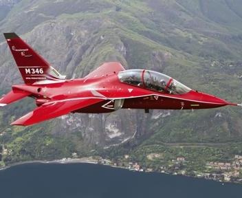 Il nuovo aereo M346 da addestramento militare dell'Alenia Aermacchi
