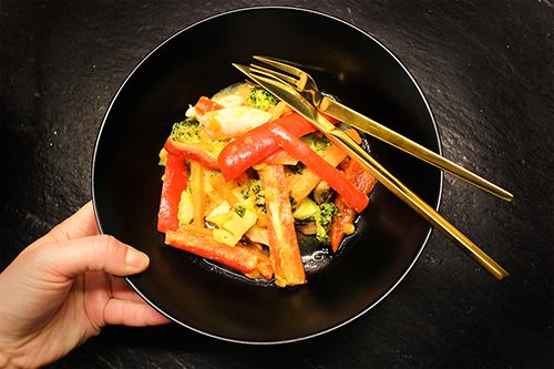 Grøntsagswok med kylling og sødekartofler. Det er en simpel og sund grøntsagswok, som mætter godt.