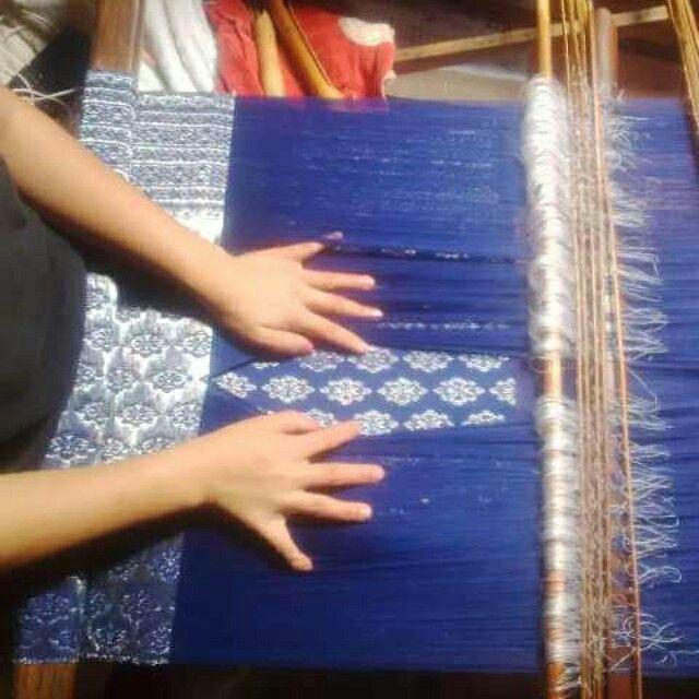 proses tenun songket tarutung.  salah satu songket khas suku batak.  proud to be batak..  batak itu keren