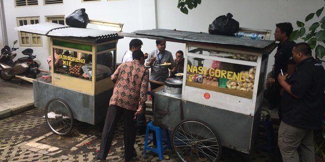 Presiden Memberikan Suguhan Makanan Dari Gerobak Sorong Untuk Para Menterinya        Mejapoker88 -...