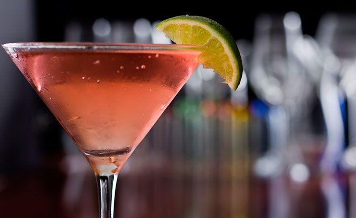 2 Partes de vodka 1 Parte de Suco de Limão 1 Parte de Licor de laranja ½ Parte de Suco de cranberry 1 Casca em espiral Laranja para decorar Modo de fazer Encha uma coqueteleira com gelo. Coloque todos os ingredientes. Agite e coe com a própria coqueteleira, o gelo não deve ser servido no copo. Decore com a casca de laranja.
