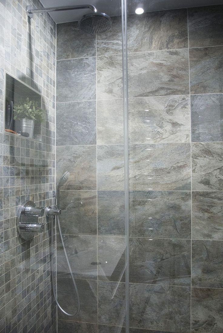 Sprchový kout odděluje skleněná zástěna SanSwiss, sprcha a baterie v koupelně jsou značky Grohe - ProŽeny.cz