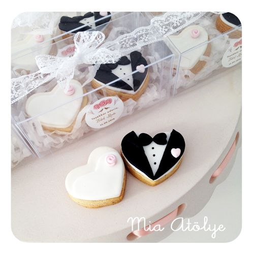 Edible wedding favors - Mini bride and groom cookies