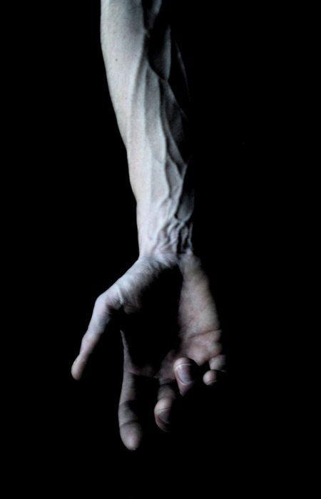 Fotograaf onbekend. Bron: http://seemoreandmore.tumblr.com/post/4894729496  Het lijkt op een beeld wat ik m'n hoofd had. De donkere achtergrond vind ik mooi bij de lichte huid. Ook is het zo belicht dat er nog een mooie schaduw in de hand valt.