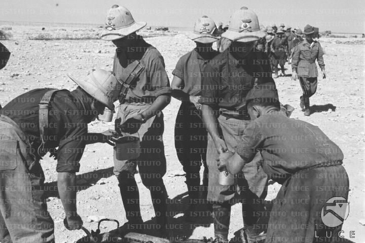 Due soldati distribuiscono il rancio alle truppe  RG/RG145/RG00007280.JPG