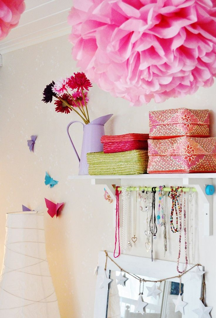 Kidsroom. Ideas for a girls room. Pretty pink and DIY. Paper butterflies, silk paper pom poms.