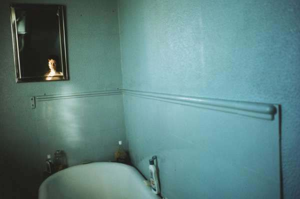 Nan Goldin, Self-portrait in blue bathroom, London 1980