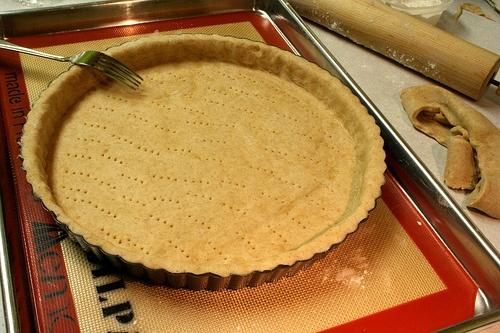 Préparation de la recette : 25 minutes  Cuisson : 30 minutes  - pâte brisée - 6 pommes Golden - sucre vanillé - beurre Éplucher et découper en morceaux 4 Golden. faire une compote : Les mettre dans une casserole avec un peu d'eau. (1 verre ou 2). Bien remuer. Quand les pommes commencent à ramollir, ajouter un sachet ou un sachet et demi de sucre vanillé