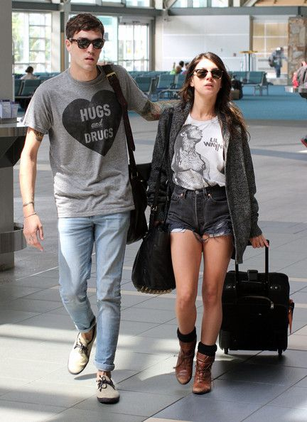 Shenae Grimes Photo - Shenae Grimes Gets Cozy At The Airport