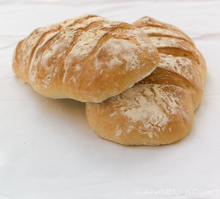 Lekker zelf ciabatta brood maken. Het is luchtig met een knapperige korst. Recept is van Jamie Oliver.
