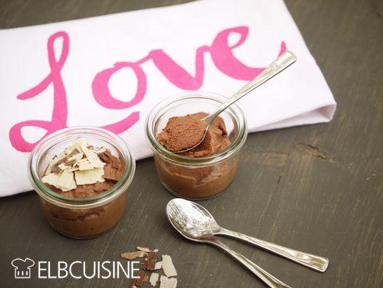 Mousse au Chocolat wird bei uns sehr geliebt! Es gibt sie nicht nur, wenn sich Besuch ankündigt, sondern ganz oft. Am Besten steht immer ein Gläschen im Kühlschrank. Das Rezept muss daher einfach sein und entgegen der klassischen Rezepte mag ich es ge ...