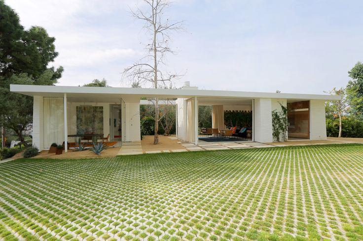 Construido en 2015 en Los Angeles, Estados Unidos. Imagenes por Jeff Ong / PostRAIN Productions. Descripción de los arquitectos. Esta es una pequeña casa diseñada para vivir al aire libre, con espacios dedicadosal jardín, a la participación...
