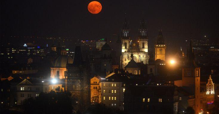 A superlua sobre Praga, República Tcheca. O fenômeno acontece quando a lua cheia coincide com o momento em que o satélite está mais próximo da Terra