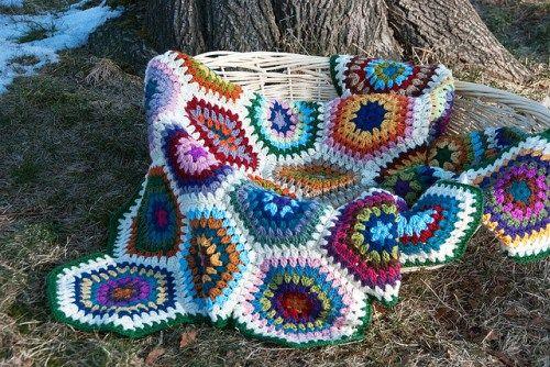 mantitas5 Ruby Hexagon Blanket, diseñado por Nova Seals.  Este es un diseño tipo de mantas de ganchillo. Los motivos tiene una forma hexagonal. Fácilmente adaptable a cualquier medida y proyecto idóneo para restos de lanas.