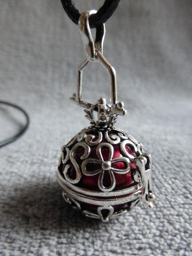 Bola de grossesse avec motif de fleurs, bille rouge irisé, en sautoir : Maman par bola-de-grossesse
