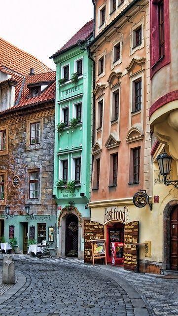 En Europa las poblaciones con calles así, son un delicioso atractivo para los turistas. Estamos en territorio de la República Checa.