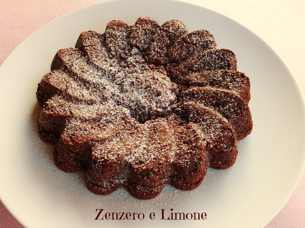 La torta fondente è un morbidissimo dolce a base di cioccolato. Ha una consistenza quasi cremosa e si scioglie in bocca. Una ricetta davvero golosissima