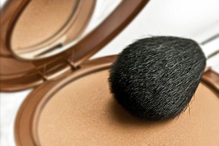 El polvo de sol es uno de los elementos del maquillaje que ha cobrado cada vez más importancia. Si bien antes no entraba dentro de los básicos de una mujer; hoy hemos sabido apreciar todos los beneficios que tiene este cosmético. Por esta razón, hoy quiero enseñarte a hacer un polvo de sol natural, para que puedas