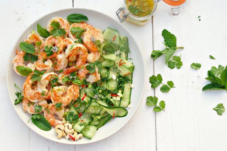 Deze Aziatische garnalensalade is ideaal : gemarineerde komkommerlinten, lauwwarme reuzengarnalen, een zalige dressing en de koriander en munt maken het af.