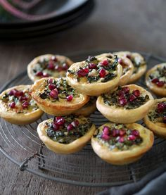 Små läckra pajer fyllda med stekt grönkål och ädelost