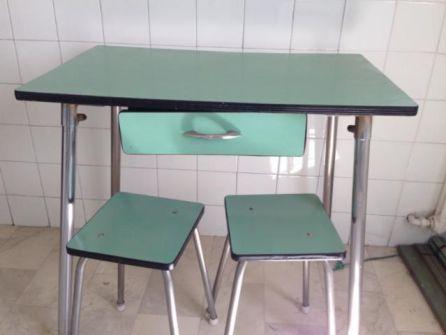 Taburetes y mesa de formica típicas de las cocinas de la época.