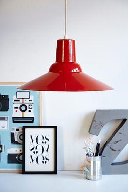Rød metel lampe - 225kr. Køb den på www.loppedesign.dk