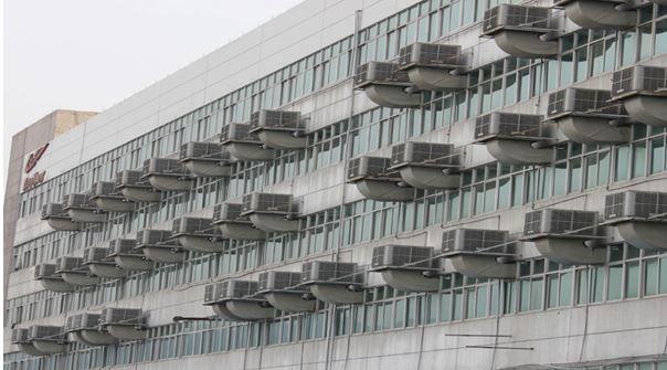 Máy làm mát công nghiệp – Thời tiết nhiệt đới oi nồng, nhà xưởng tràn ngập máy móc, lượng nhân công ngày càng đông khiến không khí trở nên nóng bức, ngột ngạt và làm việc mỏi mệt hơn bao giờ hết. Làm thế nào để điều hòa nhiệt độ, làm mát khu vực sản xuất với chi phí phải chăng? Máy làm mát không khí công nghiệp chính là sự lựa chọn tối ưu lúc này.