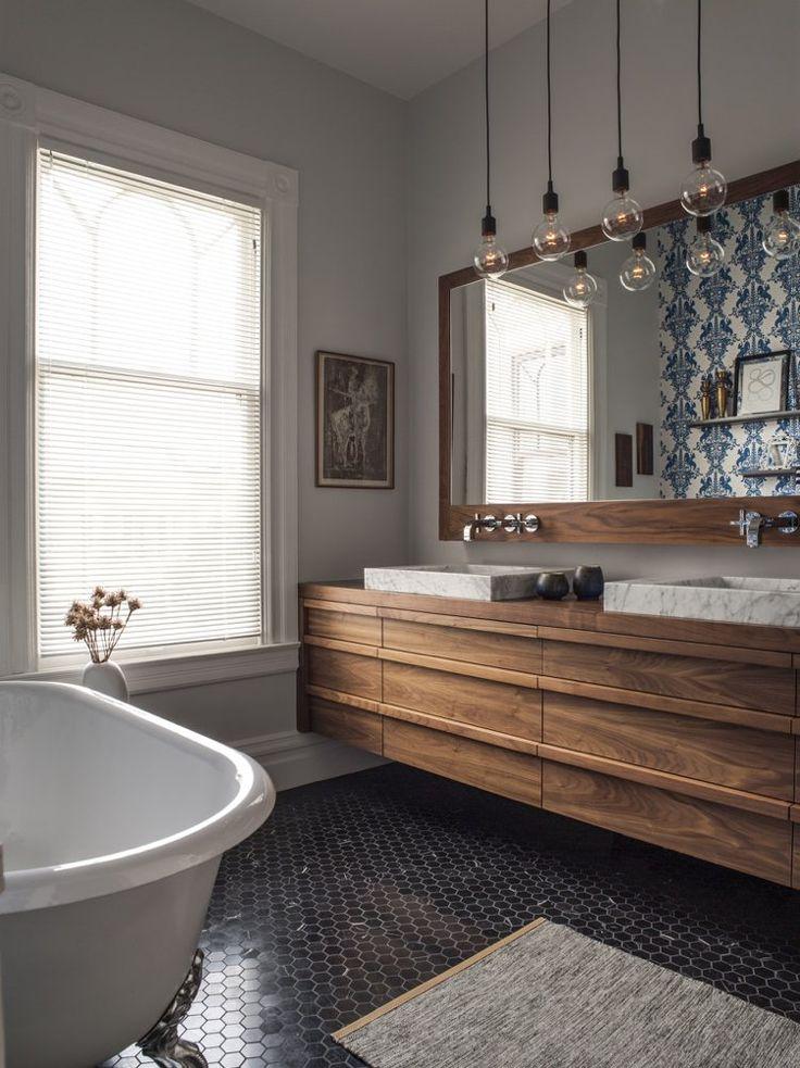 mosaïque salle de bain hexagonale, meuble sous-vasque en bois massif et grand miroir avec un cadre en bois