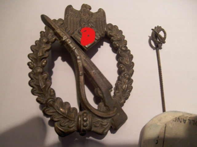 """Duitse Wehrmacht Storminsigne van de Infanterie badge borstzakkenteken uit WO2 INFANTERIESTURMABZEICHEN groot en klein type tesamen  Het Storminsigne van de Infanterie is een Duitse militaire onderscheiding die op 20 december 1939 door de bevelhebber van het Duitse leger generaal Walther von Brauchitsch werd ingesteld. Deze onderscheiding moet volgens de verordening als een """"zichtbaar teken van de erkenning van de in de aanval geharde infanterie en tegelijk als een aansporing zijn om de…"""