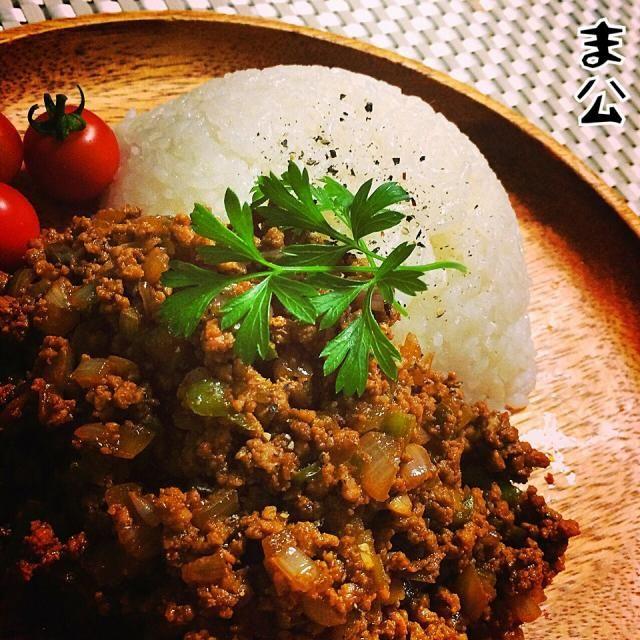 自家栽培のもやもや(ジャンボシシトウ)と茄子を入れて。 息子仕様にカレー粉少な目だと色はキタナイし塩気が足りません。 で(・∀・) 赤味噌を投入‼︎ 塩味とコクが出てかつ、カレー風味と良く合います。 - 115件のもぐもぐ - もやもやの赤味噌キーマカレー by makooo