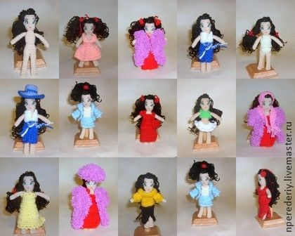Куколка+Виктория+с+одеждой.+Вязаная+куколка+ростом+13+см+с+набором+одежды:++пальто,+шапка,+шарф,+шляпа,+халат,+ночная+рубашка,+костюм,+две+юбки,+свитер,+два+платья,+сумочка,+два+топика,+трусики.+Всё+хранится+в+маленькой+сумочке.++Высота+куколки+13+см.