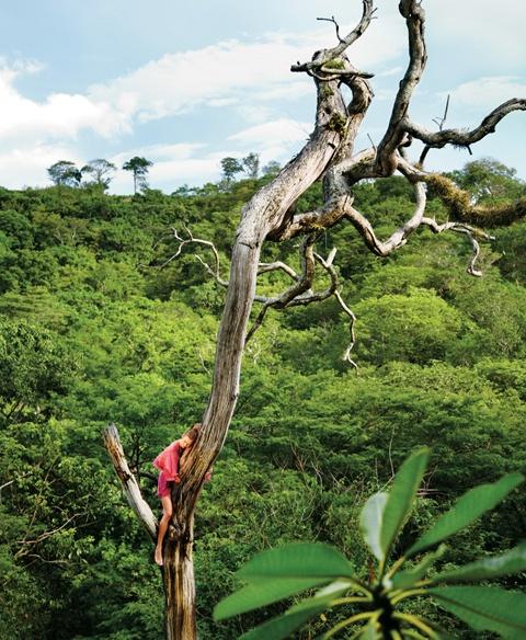 Nicaragua, Masaya Volcano National Park a las afueras de Santiago, una aventurera Karlie Kloss y Ryan McGinley.  NY Time Magazine