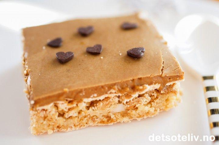Snickerskake i langpanne med lys sjokoladeglasur | Det søte liv