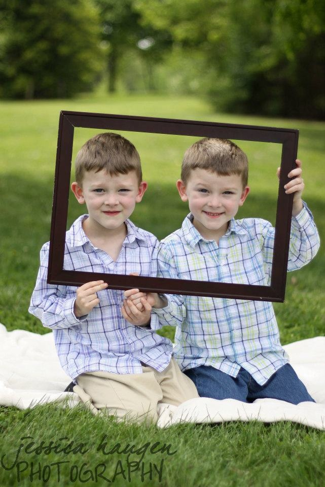 Family/Siblings ~ Twins with picture frame  © Jessica Haugen Photography  {facebook.com/jessicahaugenphotography}