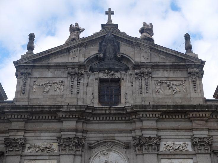 Fachada. Frontón. Aparecen los escudos de España y Portugal.