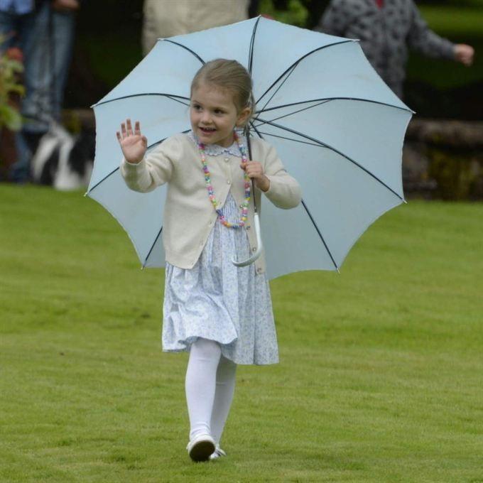 <span>Prinsessan Estelle, 3, firade mamma i en småmönstrad klänning med krage. Och ett blått paraply!<br></span>